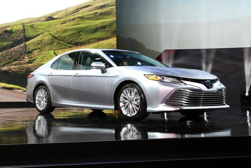 На автомобильном салоне вДетройте компания Тойота презентует 45 новых машин