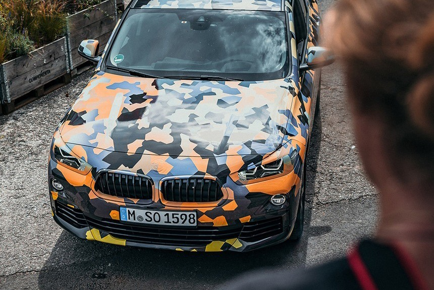 БМВ  показала фотографии нового кроссовера вкамуфляжной раскраске