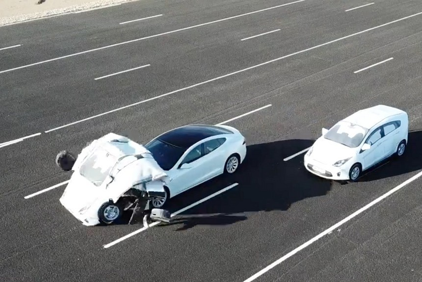 Британцы смоделировали аварию Теслы в режиме Autopilot