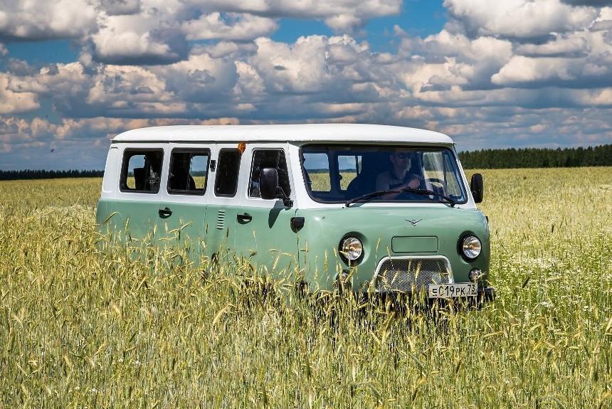 Принаряженная «Буханка»: УАЗ представил юбилейную версию собственной бескапотной модели