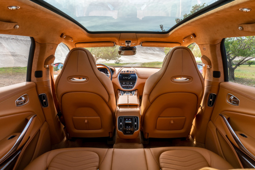 Кроссовер Aston Martin DBX: фото салона и цена