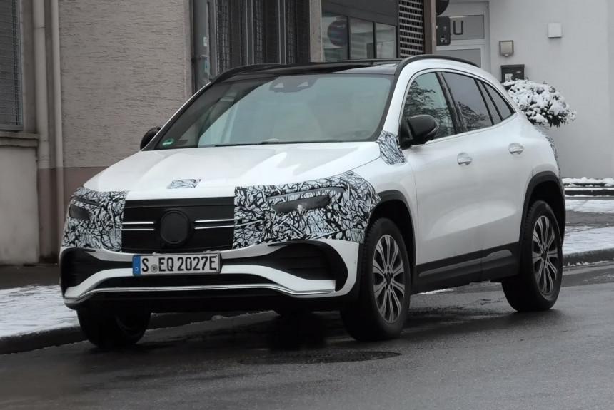 Электрические паркетники Mercedes EQA и EQB сбрасывают камуфляж