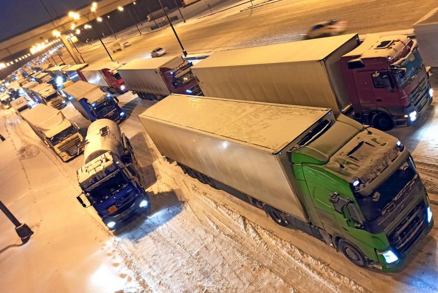 Грузовики не пройдут: про фуры, МКАД и снегопад