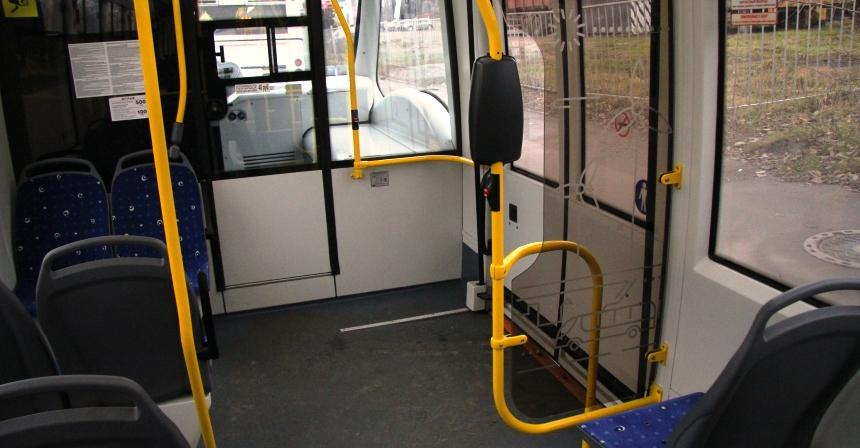 Передняя дверь расположена за колесом, поэтому кабина водителя отгорожена во всю ширину
