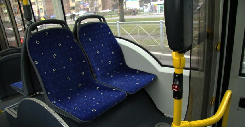 Сделано все качественно, на поручнях у сидений — «аварийные» кнопки. Но из-за хитрой формы стекол над арками их замена вызовет только головную боль