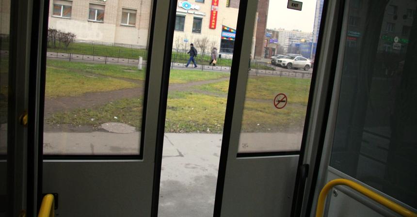 Двери открываются на всю ширину, как в электричке. И совсем беззвучно