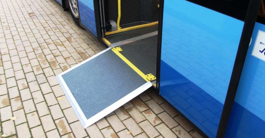 Из пола в центральном проеме раскладывается трап для инвалидных колясок