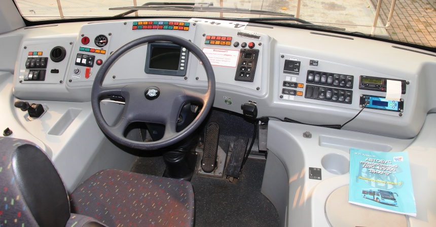 Автобус Вихрь: Место водителя расположено по центру