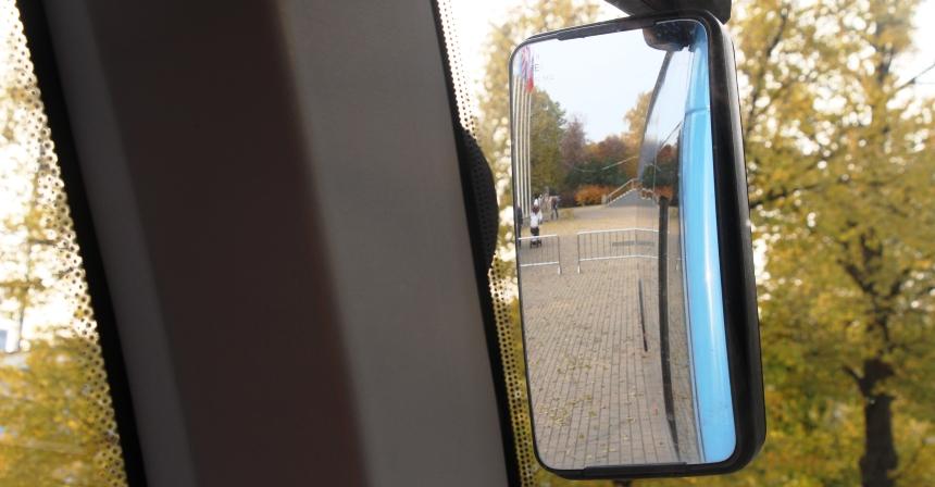 Автобус Вихрь: Зеркала небольшие, но удобные. Боковые стойки не мешают
