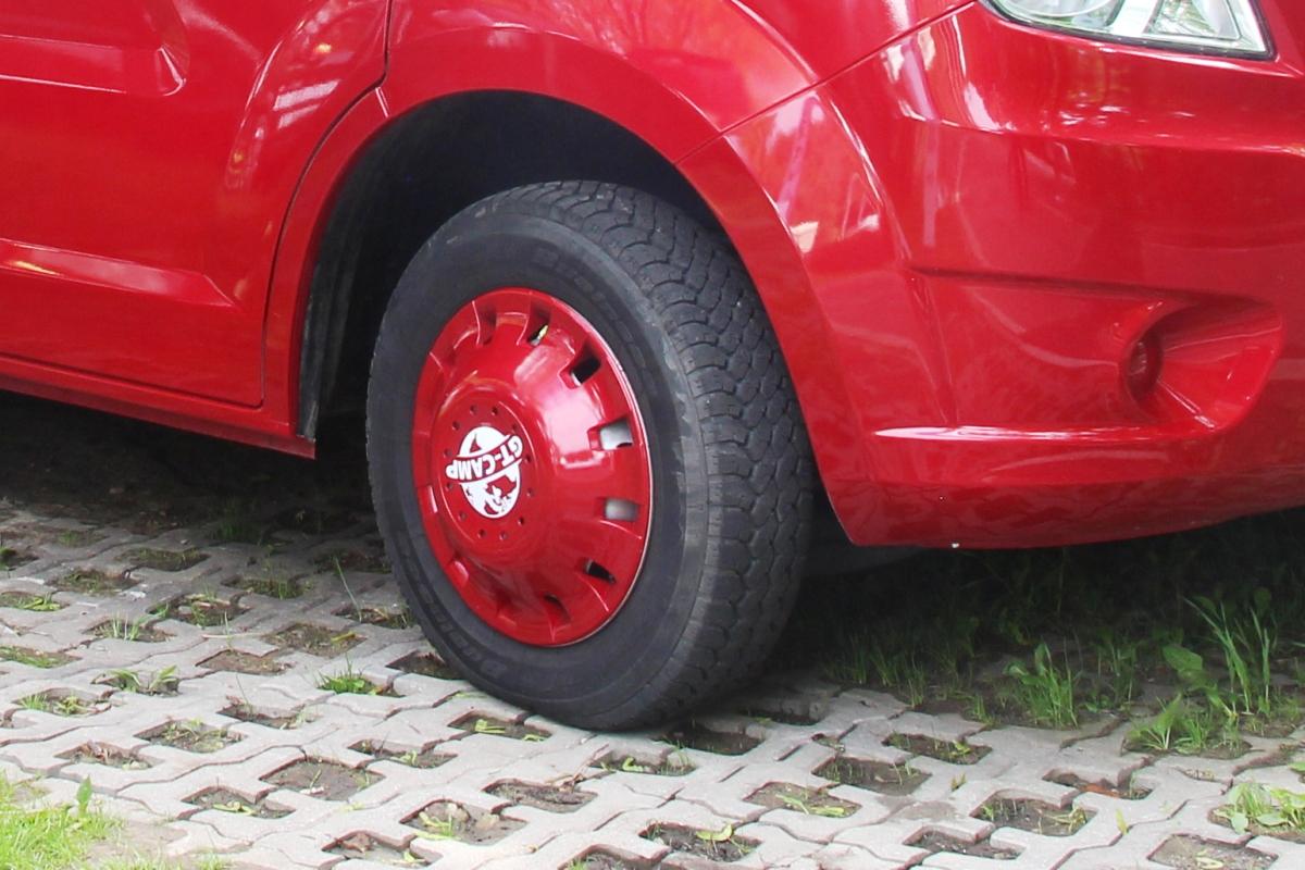 На колесах - яркие колпаки в цвет кузова