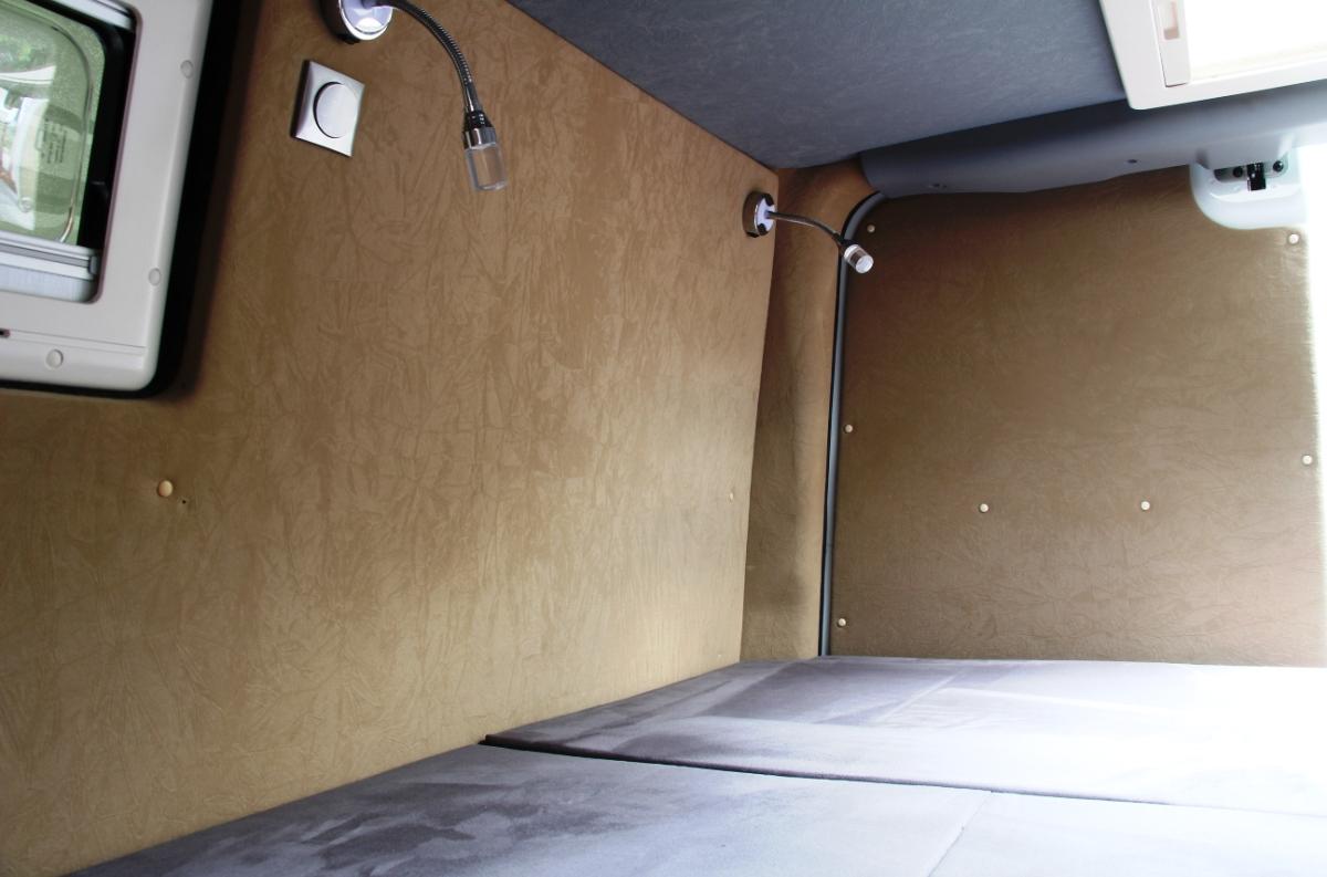 На стенке предусмотрены светильники
