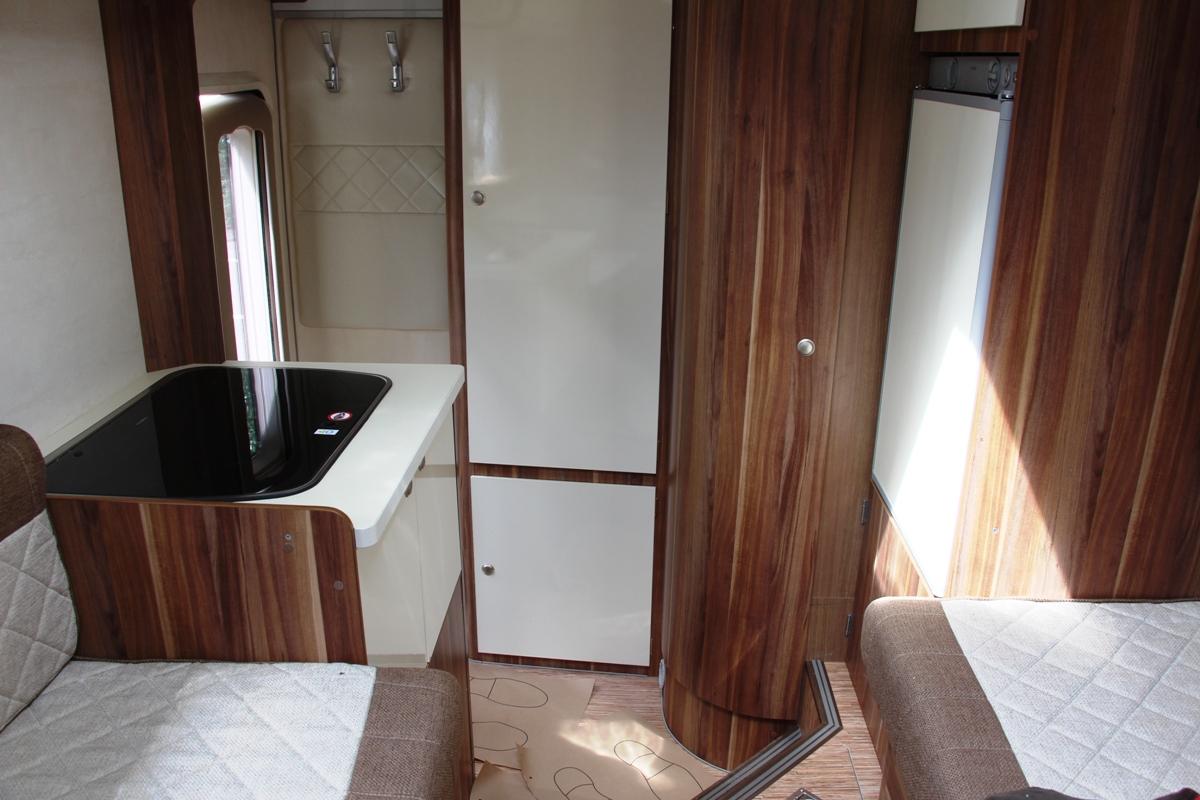 ...вещевые отсеки и туалет с душем