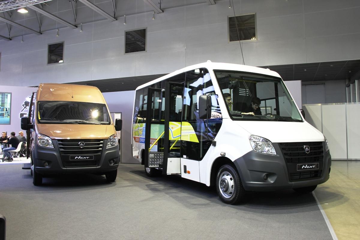 Слева - маршрутка полной массой 4,6 тонны, а справа - каркасный автобус с большой площадкой для инвалидов в салоне