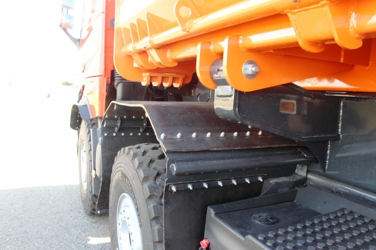 Подкрылки сделаны из транспортерной ленты: если что - их несложно заменить