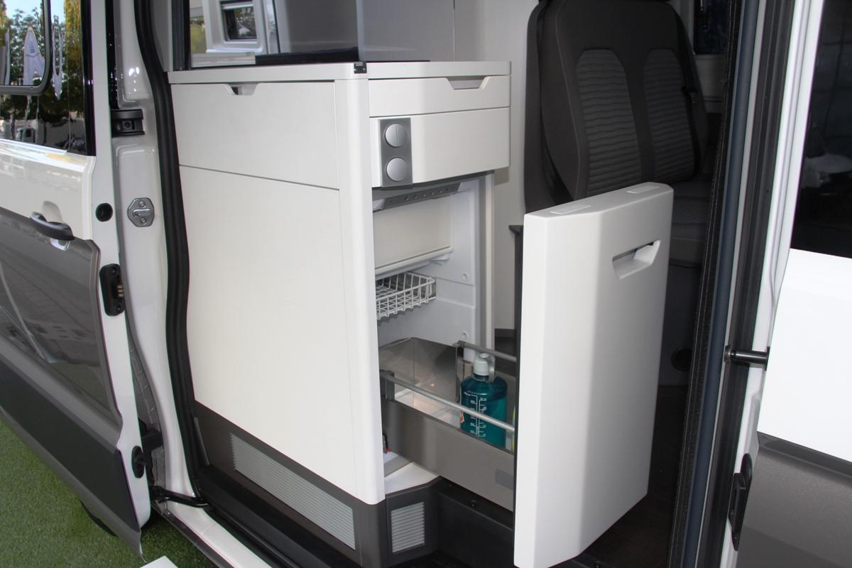 При входе - стойка с холодильником