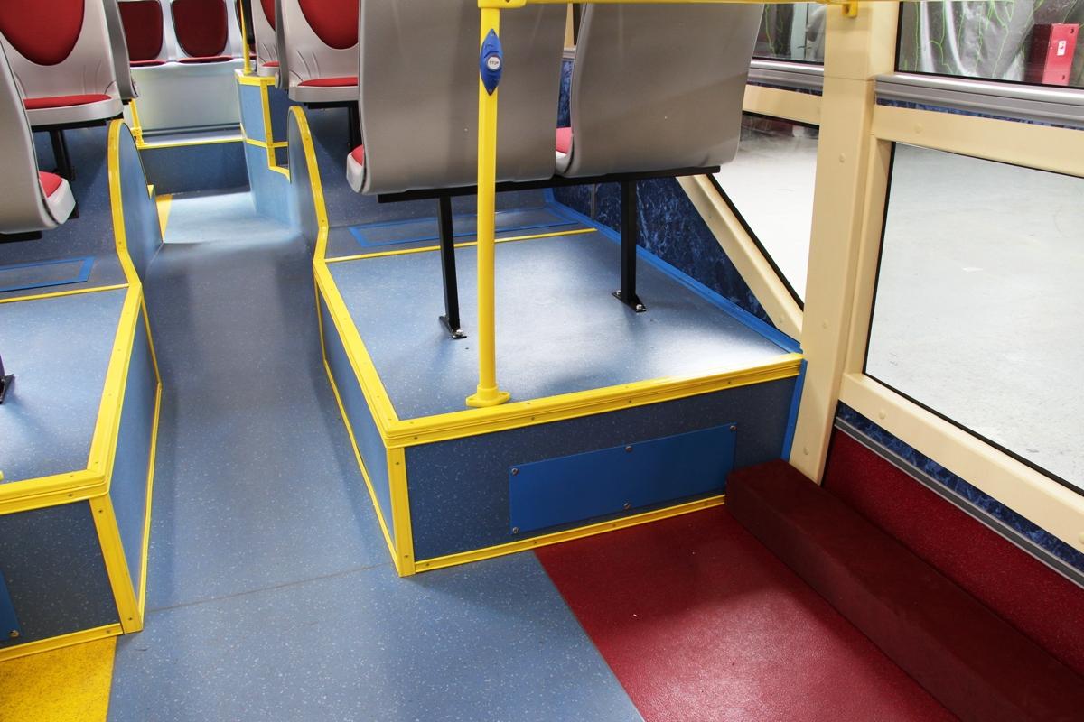 Забираться на высоченные подиумы для сидений непросто, а их острые углы травмоопасны