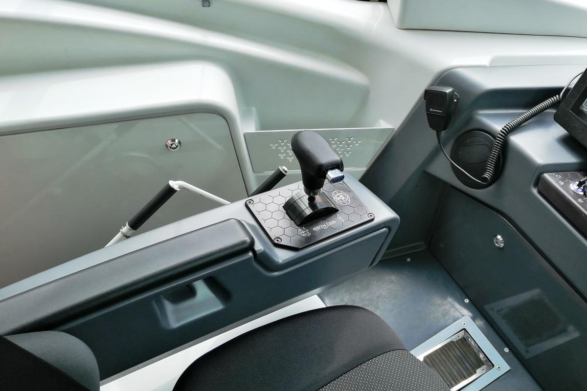 Контроллер расположен слева от водителя