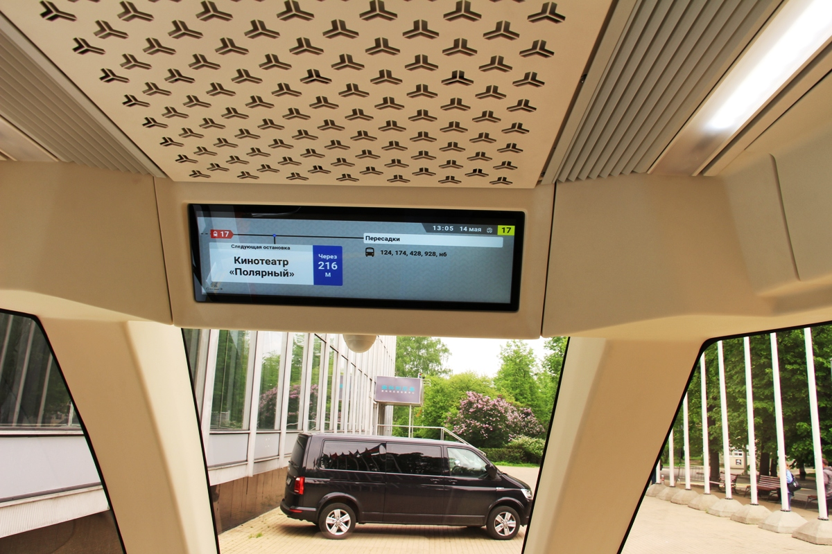 Под потолком — информационные экраны