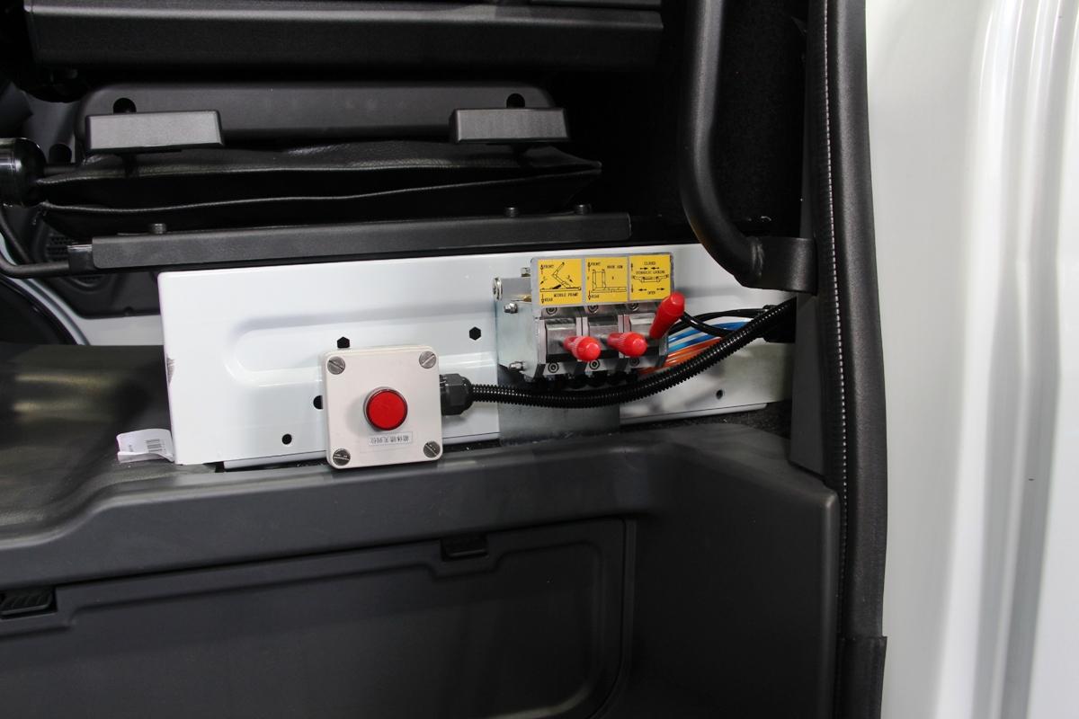 Пульт управления функционалом надстройки размещен в кабине под сиденьем водителя