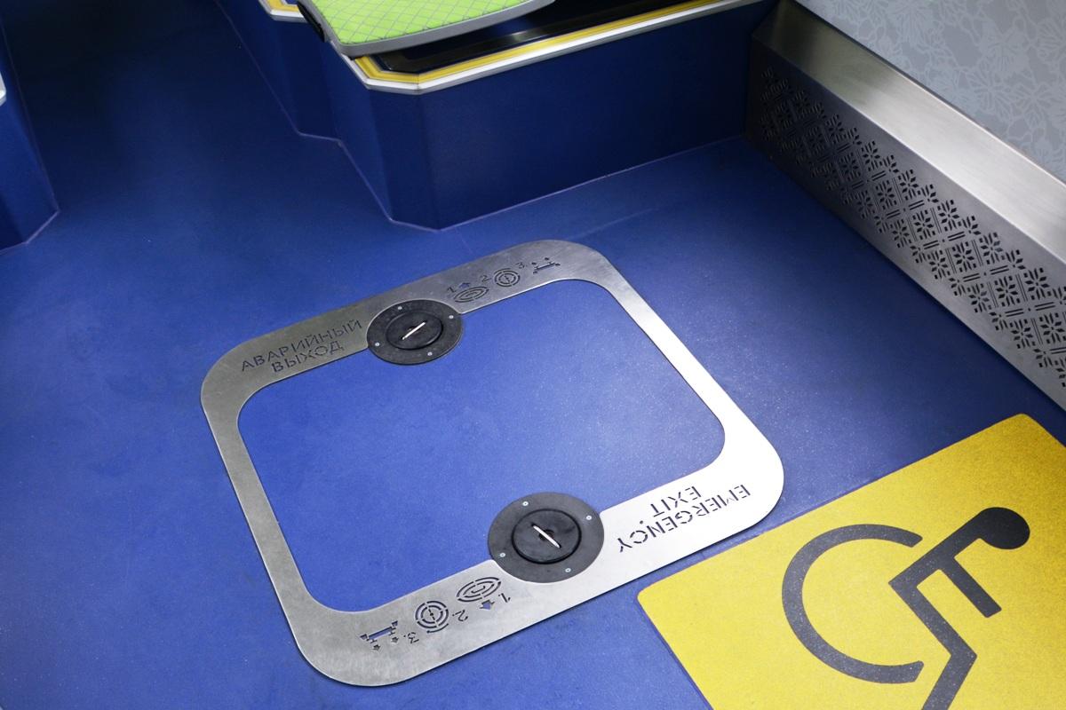 Аварийный выход в полу — интересное решение, опробованное еще на троллейбусах