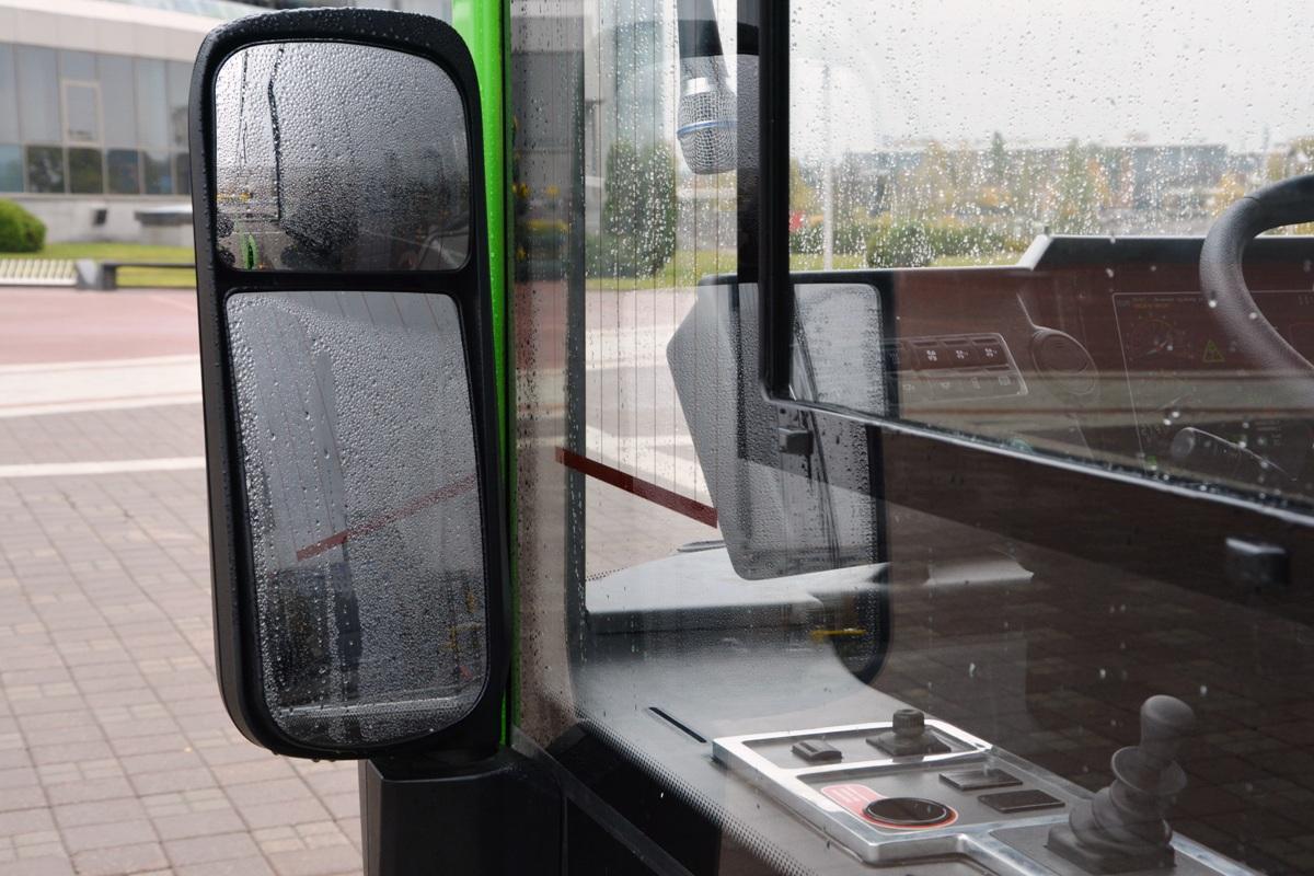 Зеркало заднего вида установлено на нижнем креплении — непривычное решение для нашего автопрома