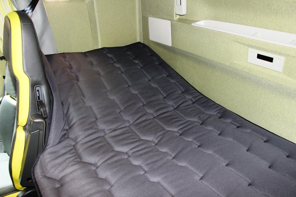 ...так и внутри: кровать просто царских размеров