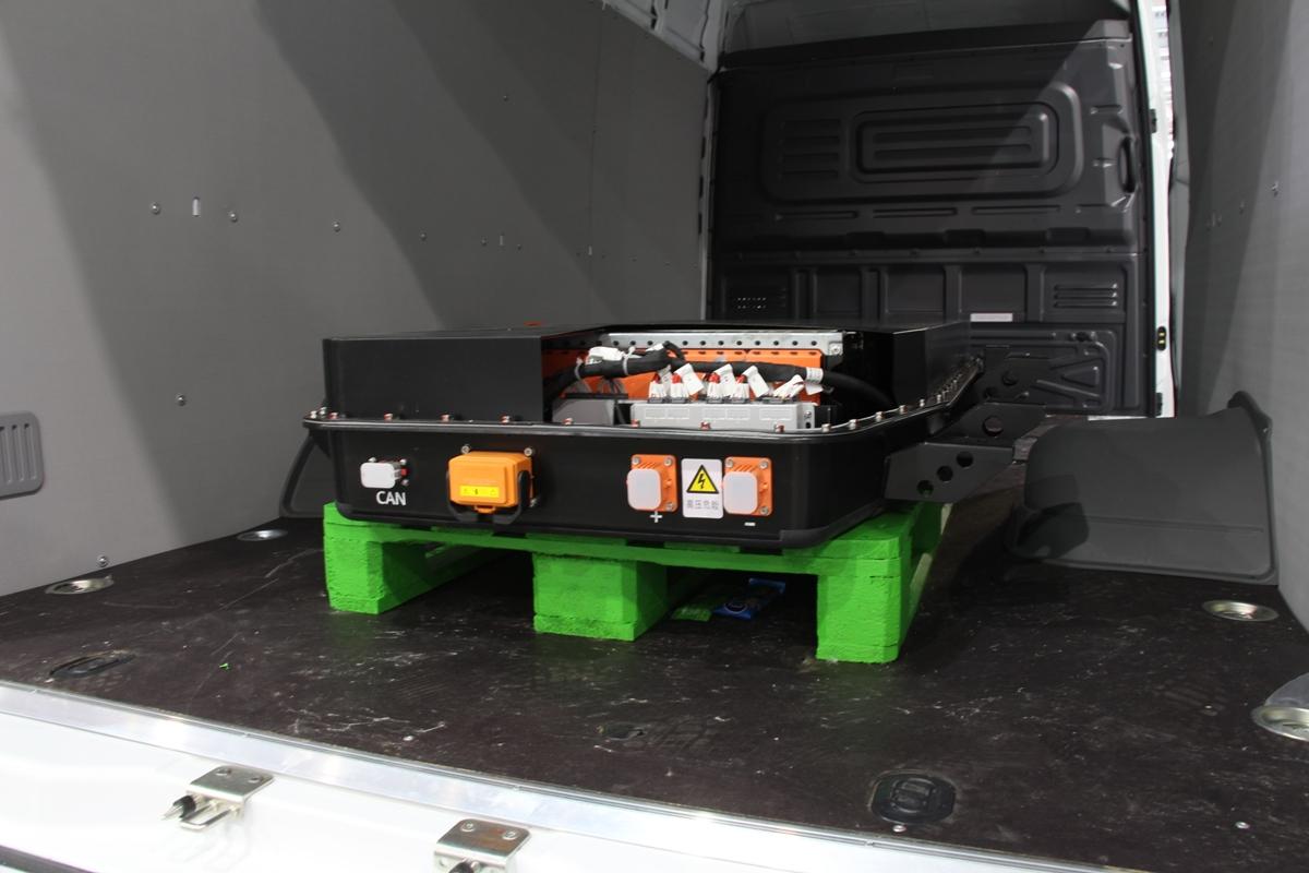 Батарейный блок в кузове на поддоне — лишь в выставочных целях: реальные аккумуляторы — под днищем