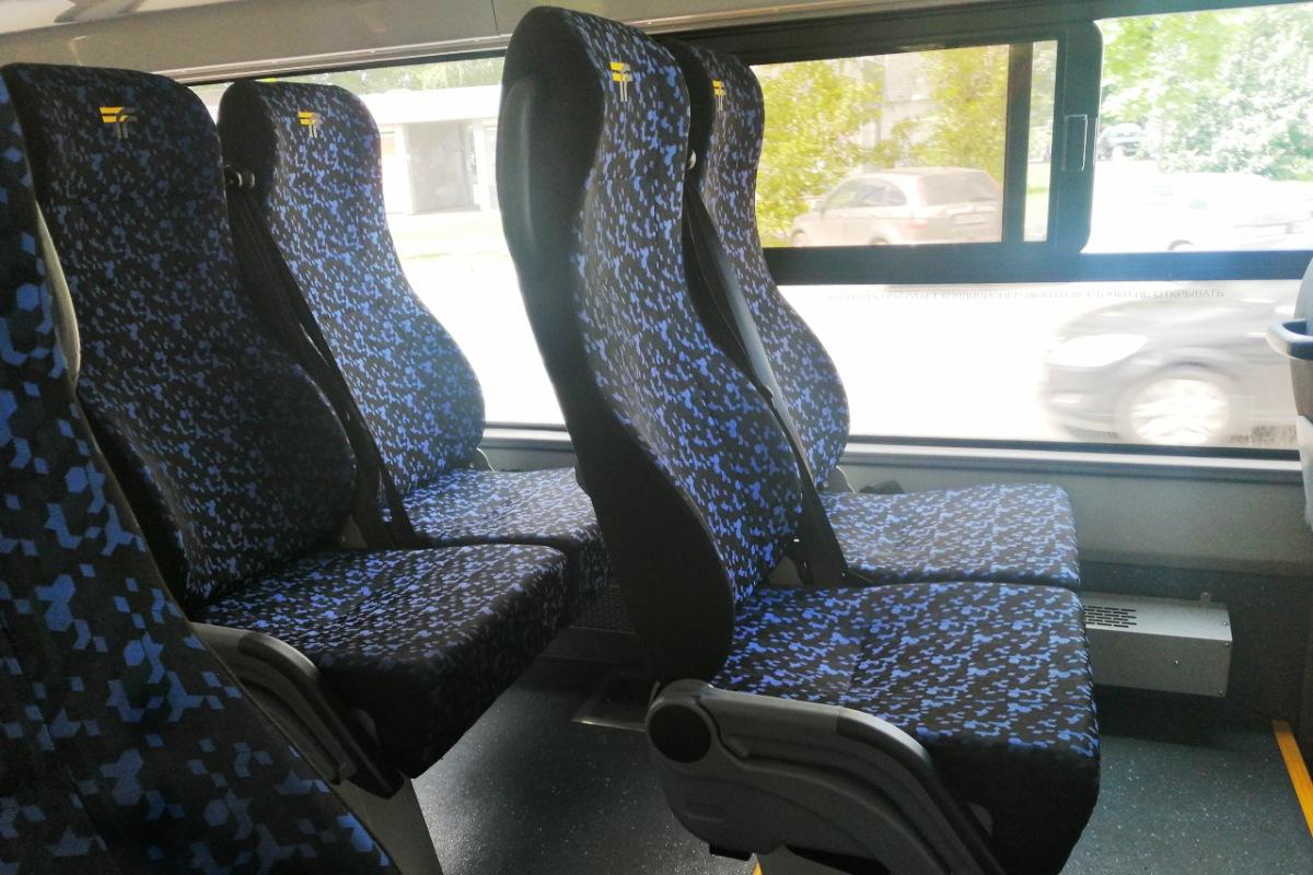 Удобные сиденья со столиками удивляют пассажиров на городских маршрутах, но, увы, привлекают вандалов