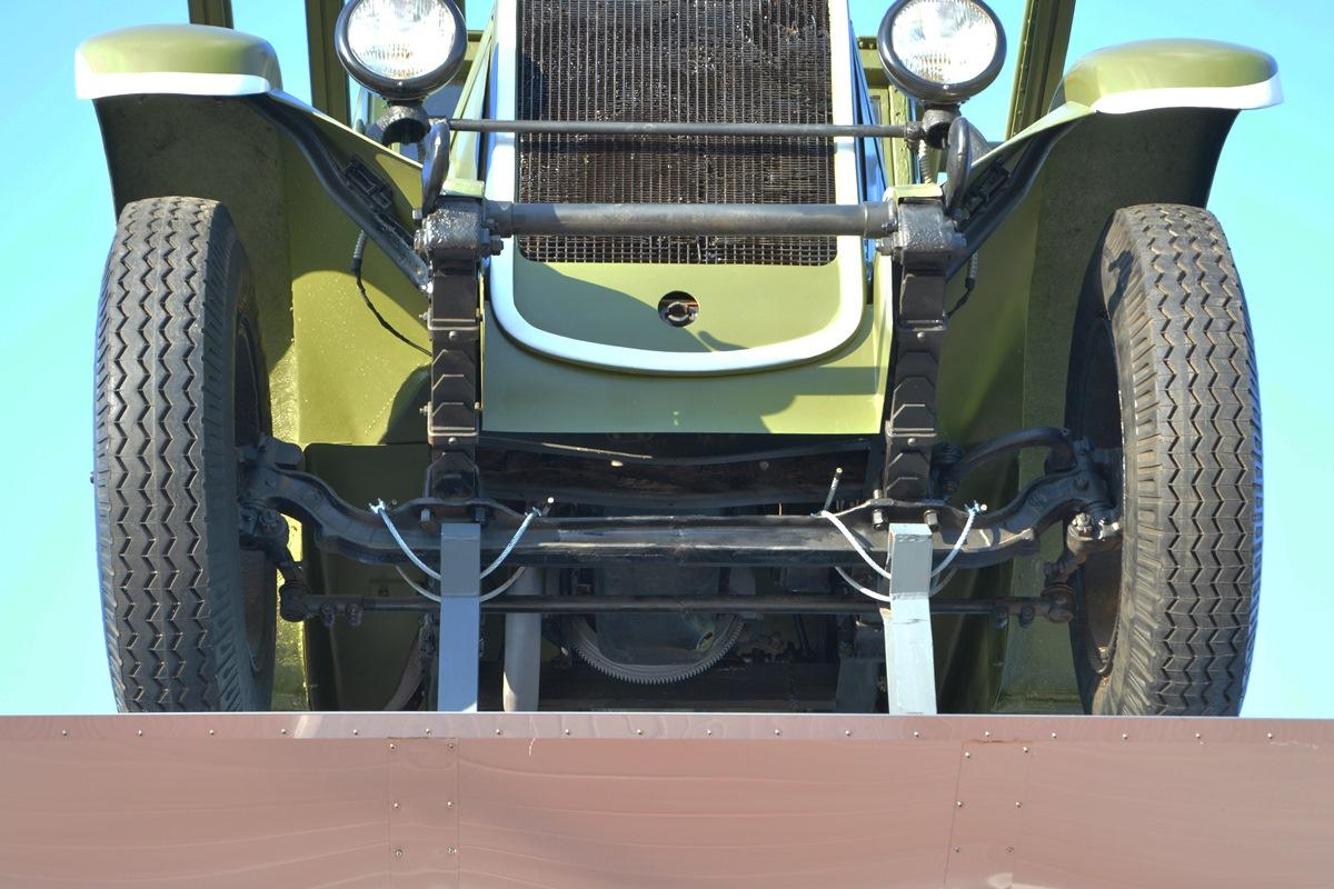 Машина стоит на подпорках, чтобы шины дольше сохраняли вид