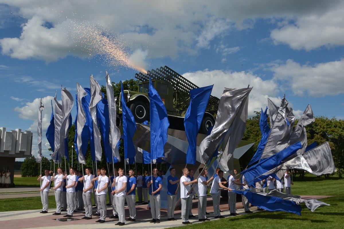 Большая часть «залпов» происходила из-за флагов — странное решение