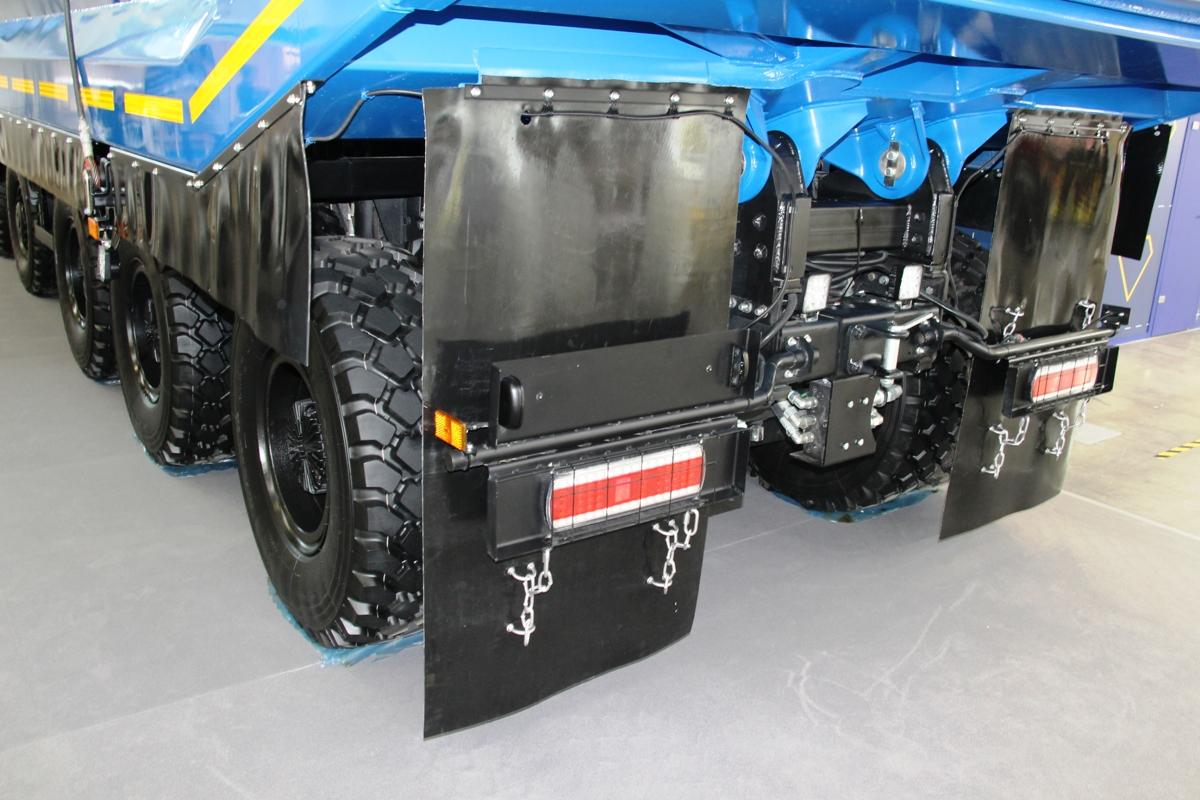 Фары прикрыты решетками, а борта и колеса сзади — кусками транспортерной ленты