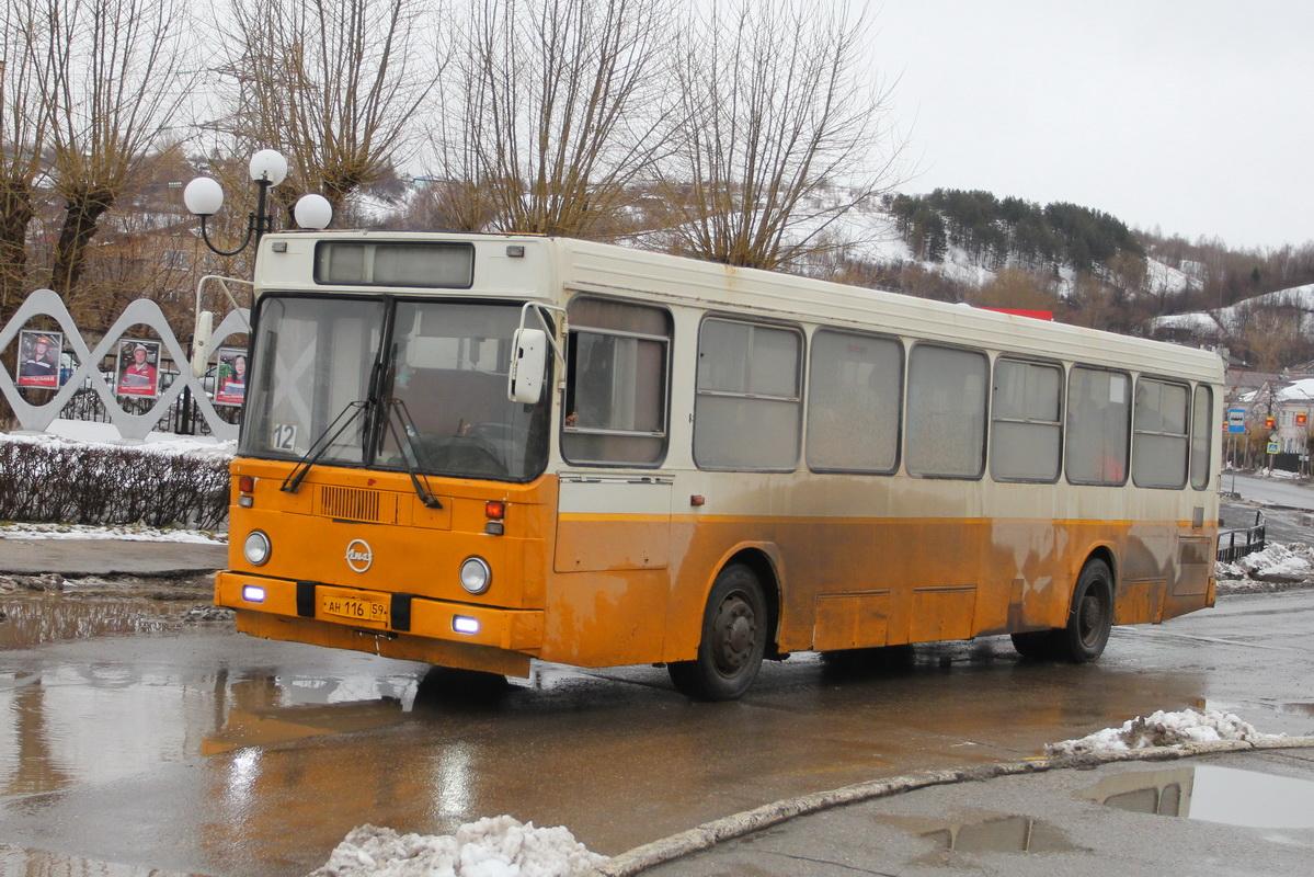 Ранний ЛиАЗ-5256 из Чусового еще в отличном состоянии. А ведь, судя по горизонтальным задним фонарям, ему четверть века минимум