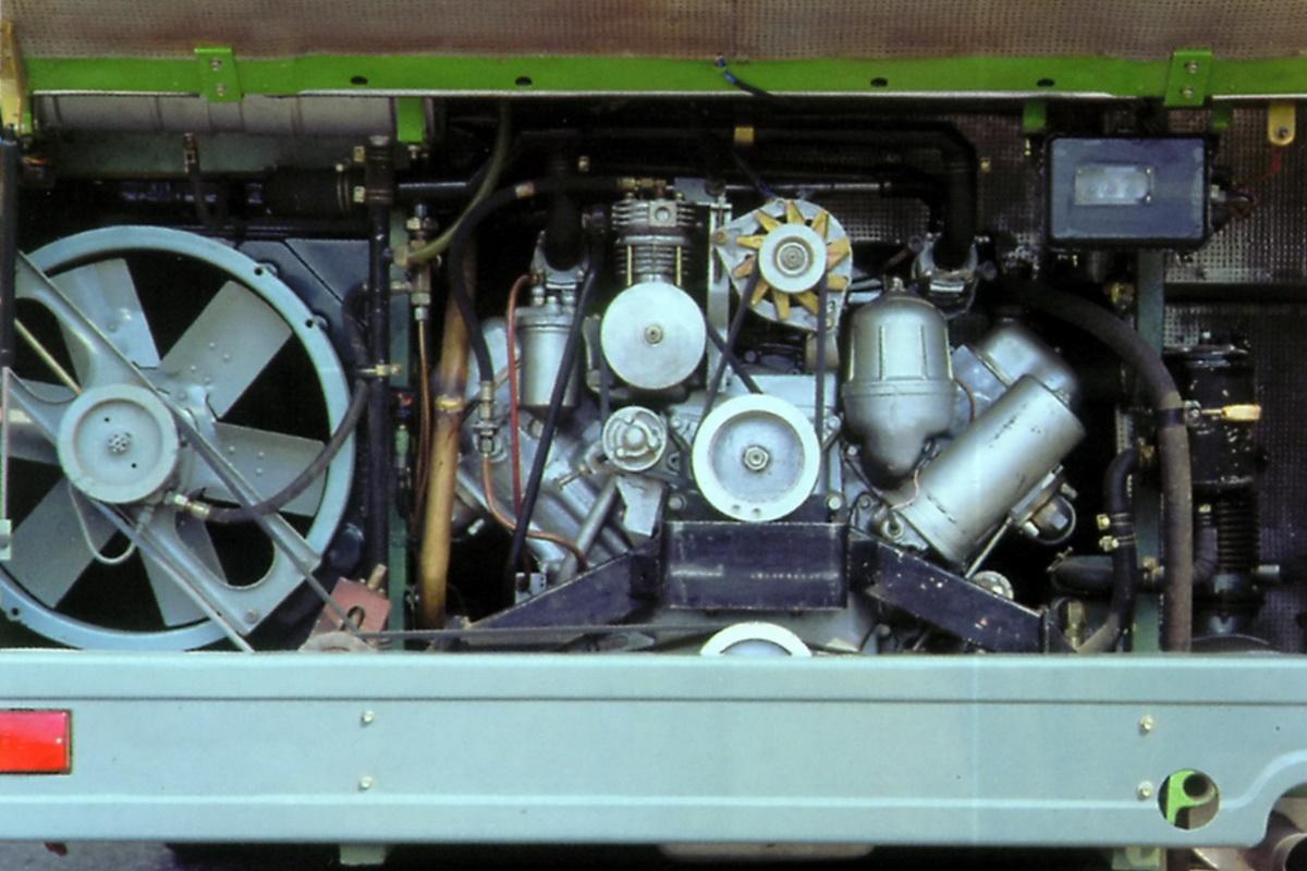 Салон, рабочее место и двигатель ЛиАЗа. В данном случае — ЯМЗ-236