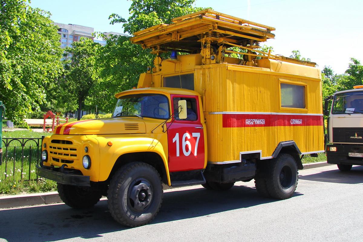 Советские грузовики тоже непременные участники парадов