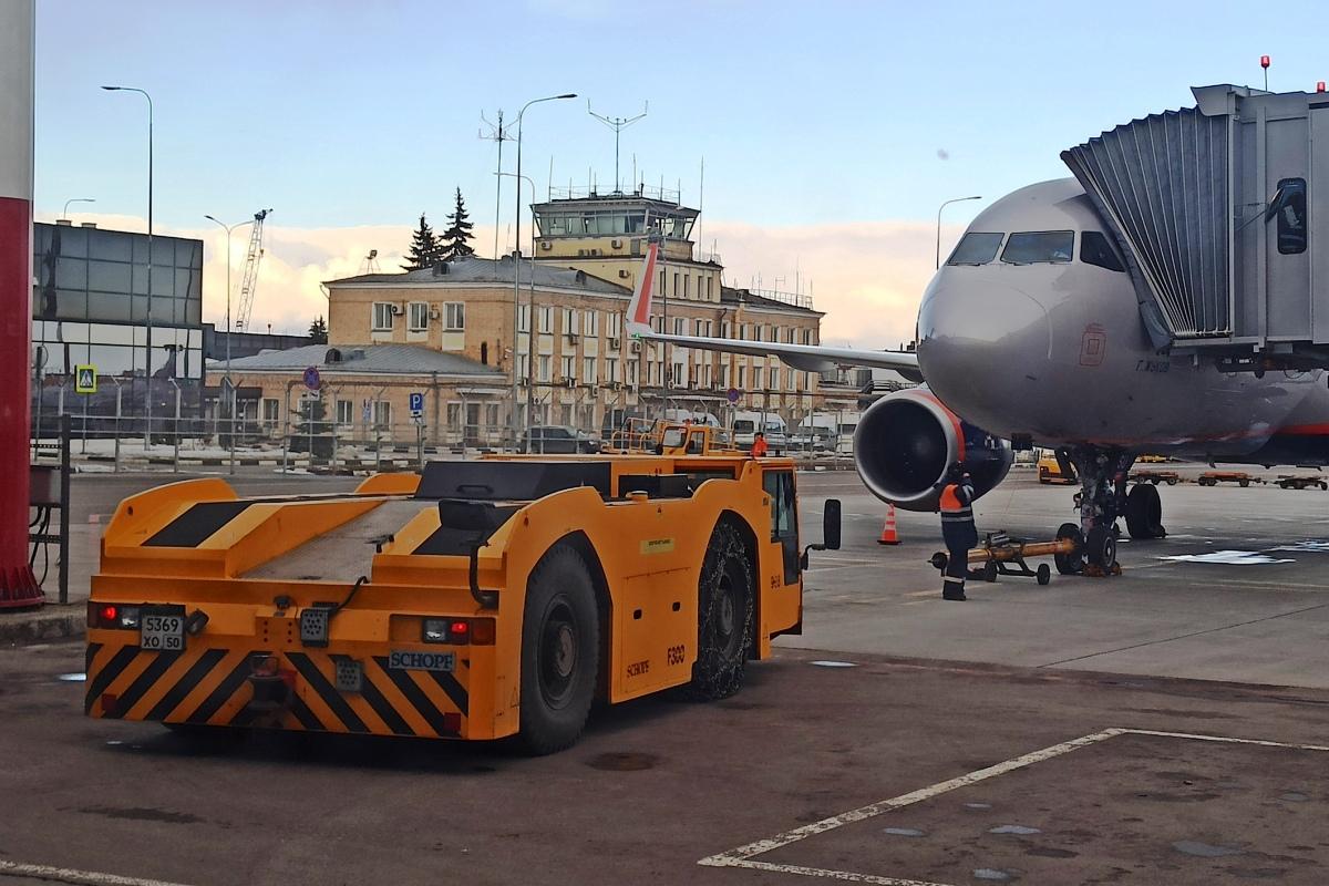 Утащит Boeing: в России дебютировал аэродромный тягач Goldhofer