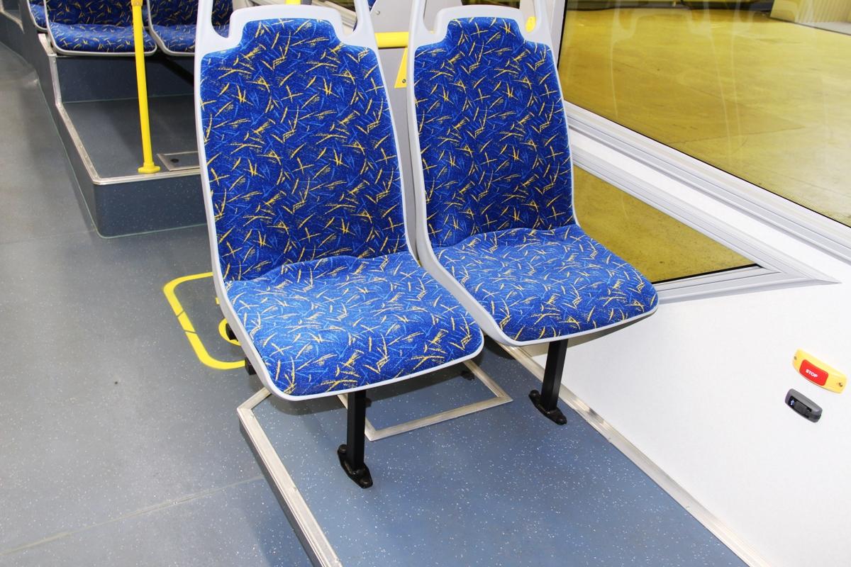 Некоторые сиденья приделаны к полу...