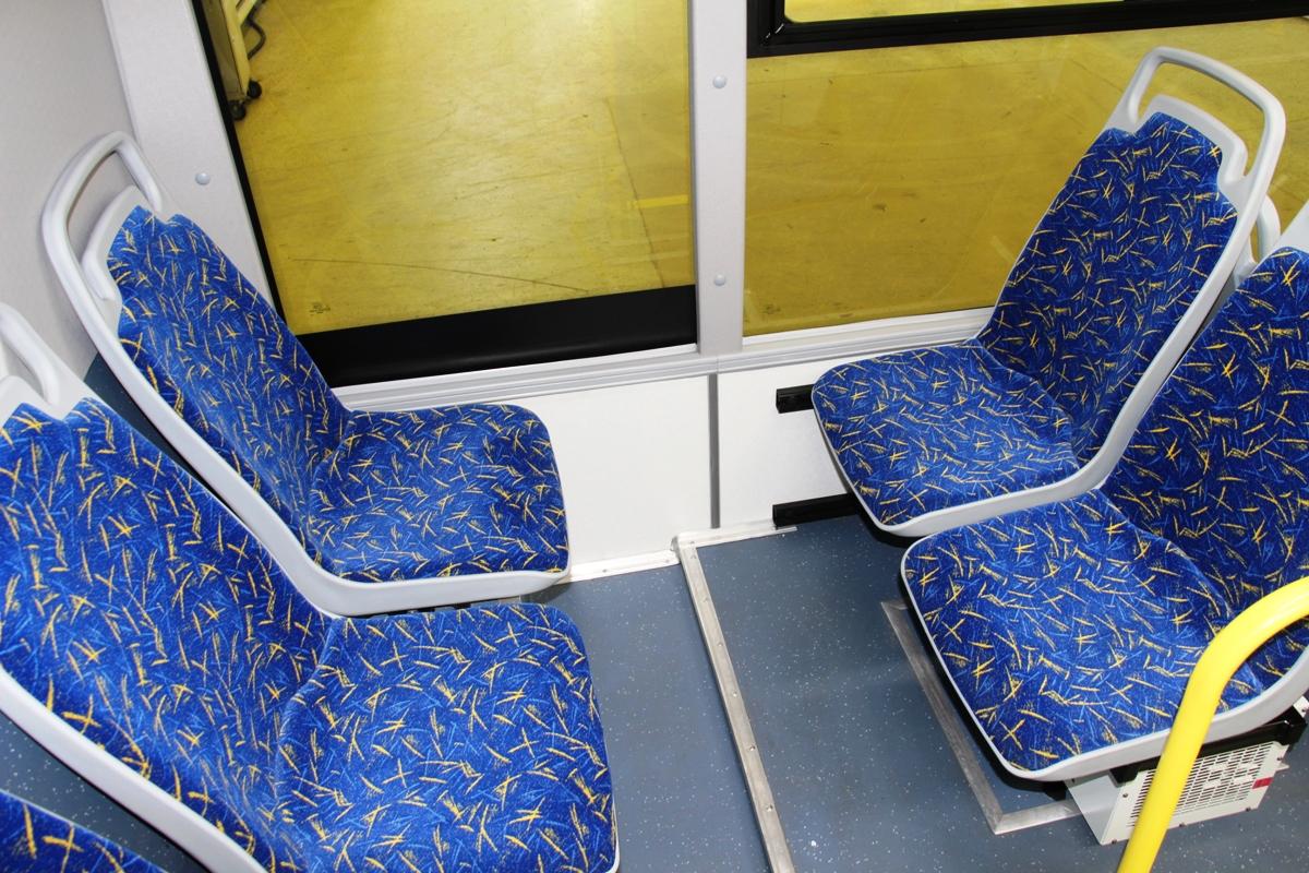 Между этими пассажирами не только минимум пространства, но еще и ступенька