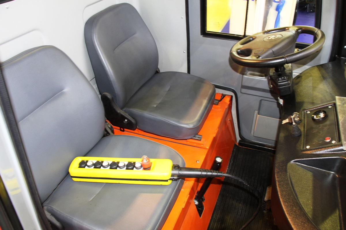 Внутри предусмотрены места для водителя и пассажира