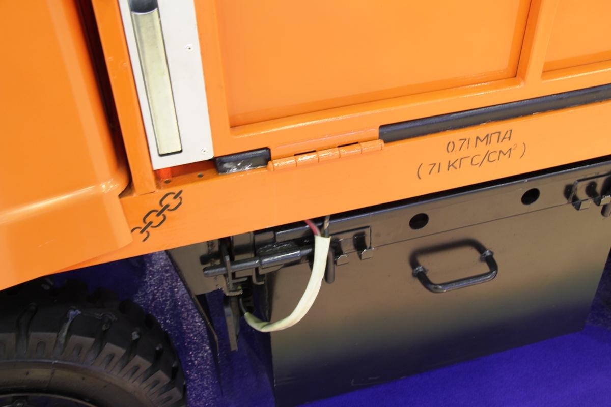 Батареи установлены под кузовом, в черных ящиках