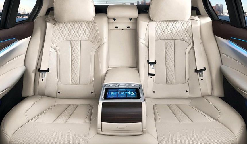 Новый БМВ 5 Series Liвытянулся доразмеров «семёрки»