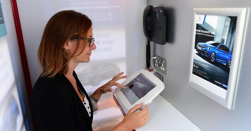 Компания Peugeot открыла дилерский центр в телефонной будке