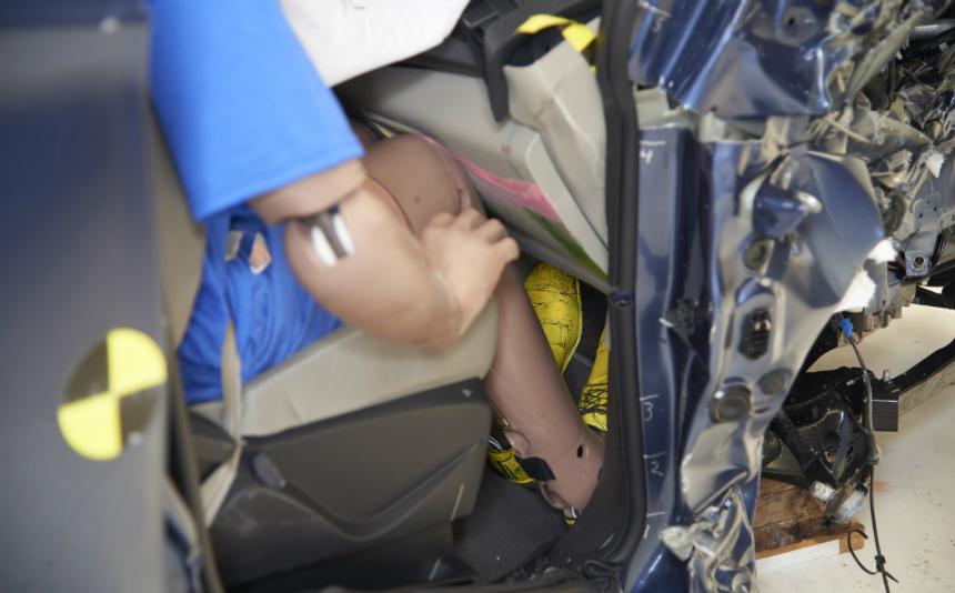Краш-тест Форд Kuga провалил, однако недалеко ушел Митцубиси ASX