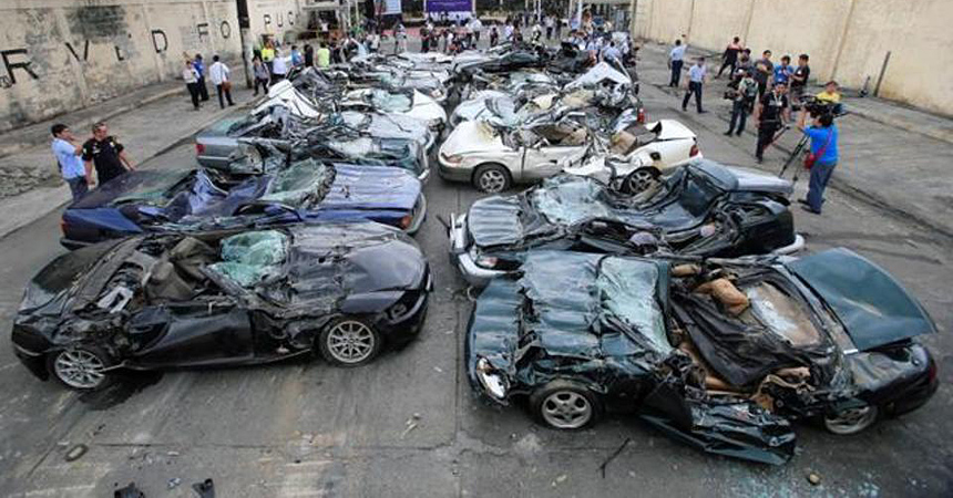 НаФилиппинах уничтожили дорогие автомобили— Под бульдозер