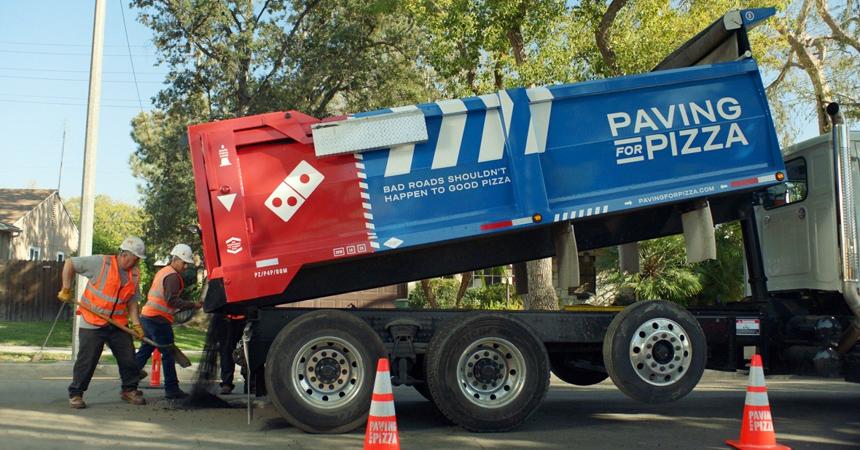 Пиццей по кочкам: компания Domino's Pizza приступила к ремонту дорог