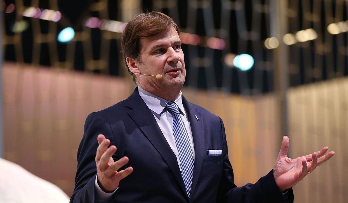 Глава корпорации Ford уходит в отставку после трех лет работы