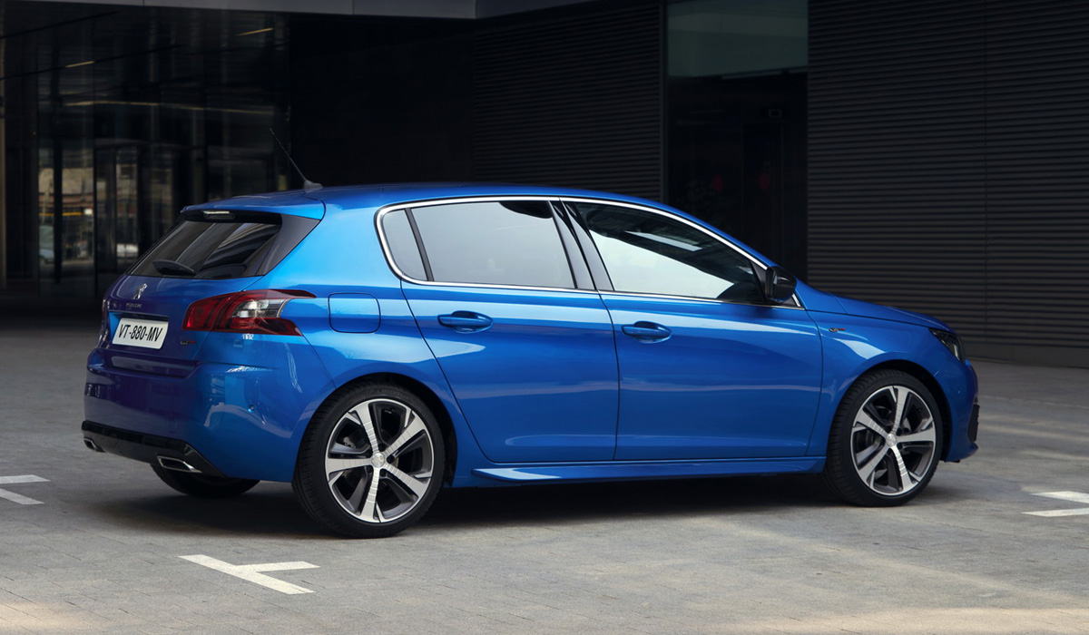 The current generation of the Peugeot 308 is already seven years old - it was expected that very soon a completely new model with a design in the style of the more recent five-doors 208 and 508 would be presented,
