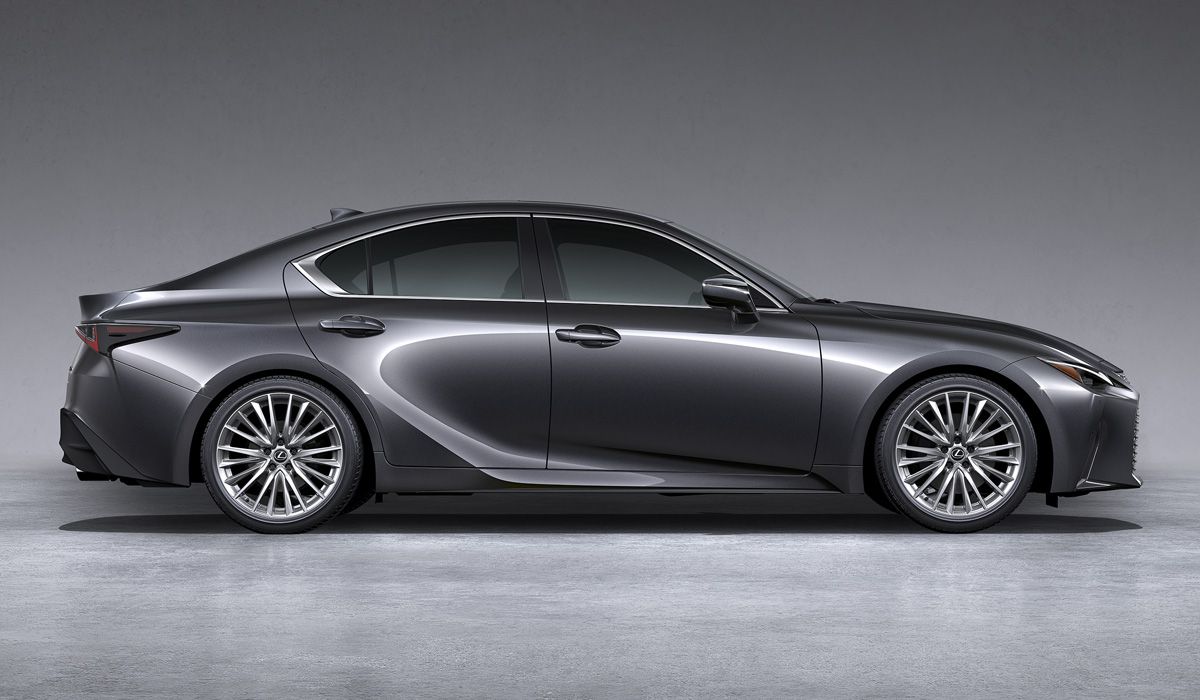 In length (4705 mm) and width (1840 mm), the new Lexus IS