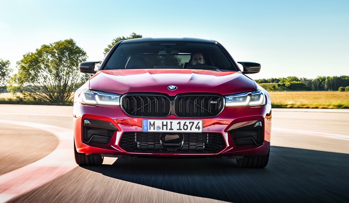 """The chassis of the standard """"emki"""" has not changed, but the M5 Competition version has been shaken up. This sedan has previously had rigid ball joints instead of rubber-metal joints,"""