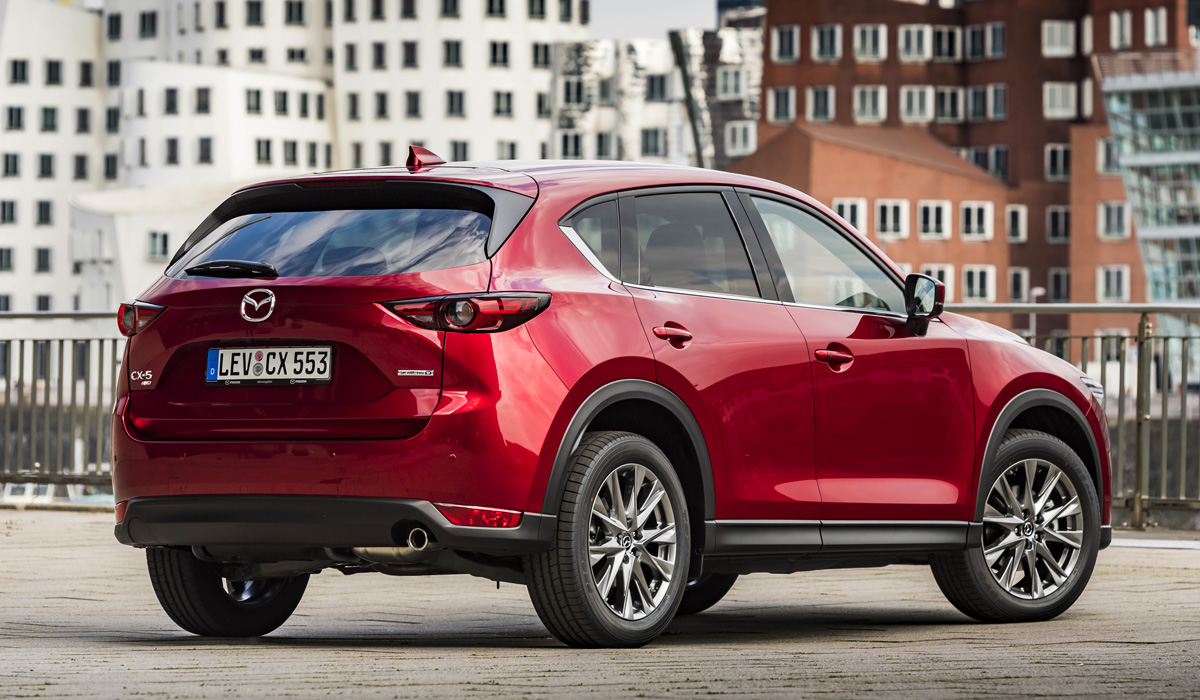 Finally, the Mazda CX-5 has a recalibrated light sensor: it turns on the headlights earlier than before — when the outdoor illumination drops to about 2000 Lux (on clear days, these conditions happen about 30 minutes before sunset). And the automatic braking system has improved the function of recognizing pedestrians in the dark.