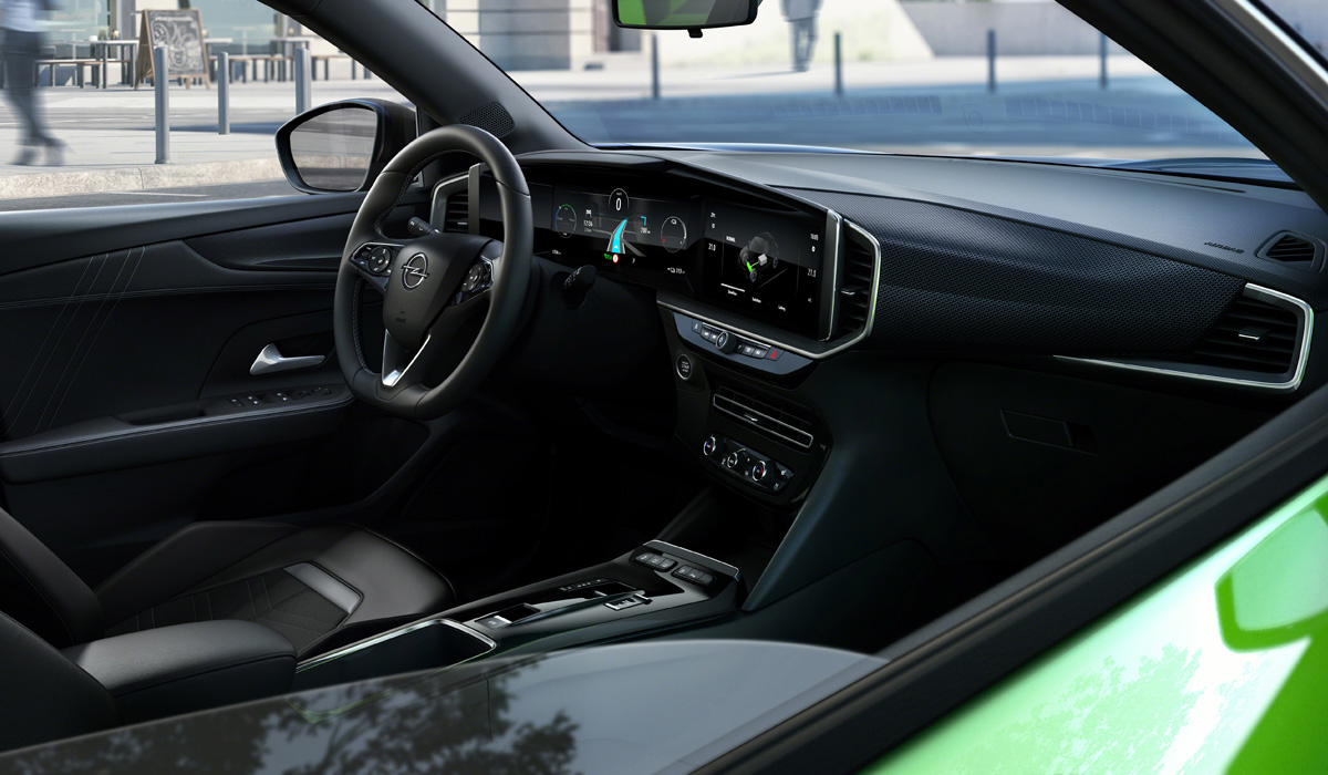 The new SUV was also the first model of the brand with a front panel made in the Opel Pure Panel concept. In front of the driver is a single unit with a 12-inch screen for virtual devices and a 7-or 10-inch touch screen for the
